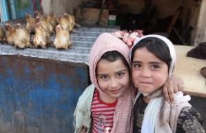 Zwei Mädchen in Herats Fleischer-Straße, kurz vor dem Eid in 2012. Foto: Christine Roehrs.